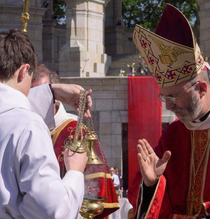 L'évêque veille sur...