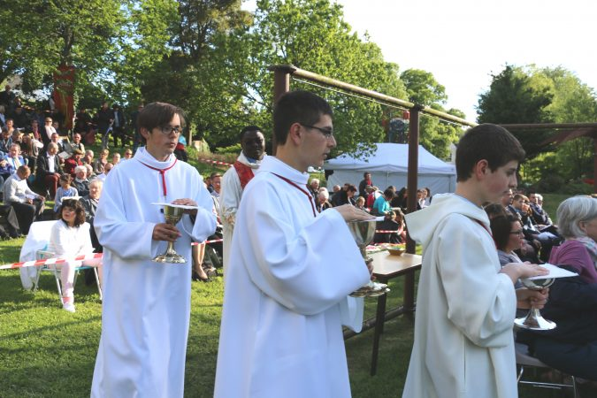 Procession-2-offrandes-confirmations-17-mai-17-josselin