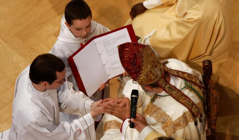 Engagement des ordinands, leurs mains dans celles de l'Evêque