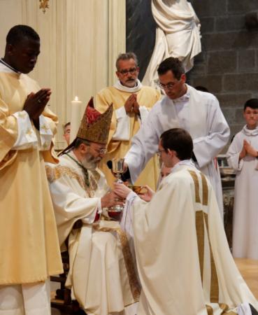 Remise de la patène et du calice, marquant la mission du prêtre de célébrer l'Eucharistie