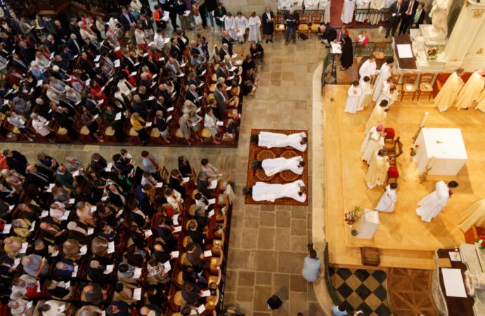 Les ordinands se prosternent face contre terre devant l'autel, tandis que le peuple implore les saints.