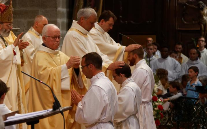 Imposition des mains par les prêtres présents à suite de l'Evêque, sur les ordinands à genoux
