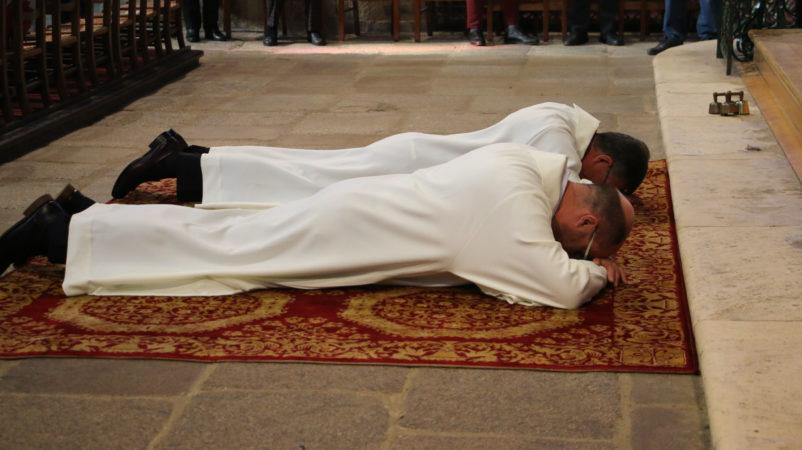 Prostration, signe que les diacres se mettent au service de l'Église et des hommes