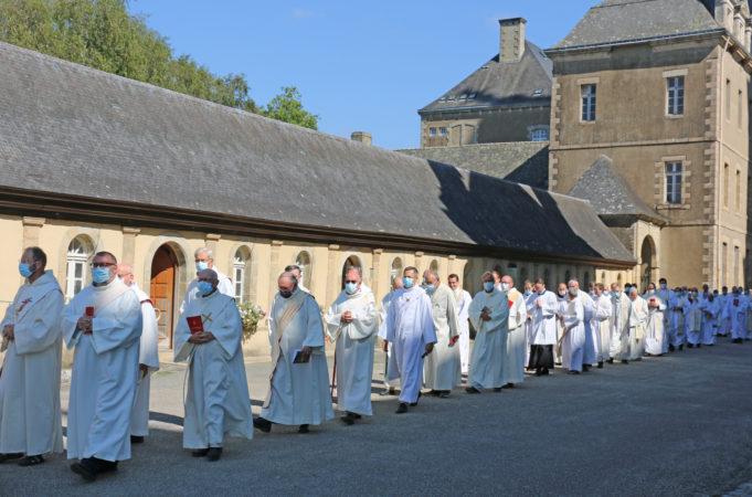 Ordinations-diaconales-5-sept-2021-procession-pretres